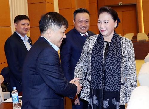 <span><span>(BKTO) - Vừa qua, Chủ tịch Quốc hội Nguyễn Thị Kim Ngân và Phó Chủ tịch Quốc hội Phùng Quốc Hiển cùng một số lãnh đạo các ủỷ ban của Quốc hội đã có buổi làm việc với lãnh đạo Tập đoàn Dầu khí Việt Nam (PVN). Tại đây, Chủ tịch Quốc hội nhấn mạnh: Dầu khí là ngành kinh tế rất quan trọng của đất nước.</span></span> <br> <span><br>Tác giả: <b>PHÚC KHANG</b><b></b></span>