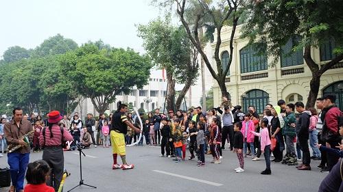<span><span>(BKTO) - Năm 2019, ngành du lịch Việt Nam dự kiến sẽ đón 103 triệu lượt khách, trong đó có 18 triệu lượt khách quốc tế và 85 triệu lượt khách nội địa. Đặc biệt, ngành sẽ quyết tâm về đích trước một năm so với mục tiêu tại Nghị quyết của Bộ Chính trị về phát triển du lịch trở thành ngành kinh tế mũi nhọn.</span></span>  <b><br></b>  <span><br>Tác giả: <b>PHỐ HIẾN</b></span>
