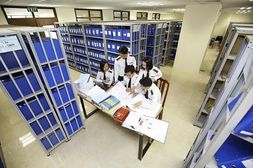 (BKTO) -Ở Việt Nam, việc quản lý và sử dụng nợ công đang được Quốc hội cũng như các cơ quan quản lý xem như một vấn đề hệ trọng trong hoạt động quản lý tài chính - ngân sách quốc gia. Để có thể phát huy các khoản vốn vay, tạo động lực cho phát triển kinh tế, xã hội, quá trình sử dụng nợ công đòi hỏi phải có sự phân bổ hợp lý, hiệu quả, đặc biệt là phải thường xuyên được các cơ quan chuyên môn thực hiện kiểm tra, giám sát. <br><br><b>NHỊ NGUYÊN</b><i><br></i>