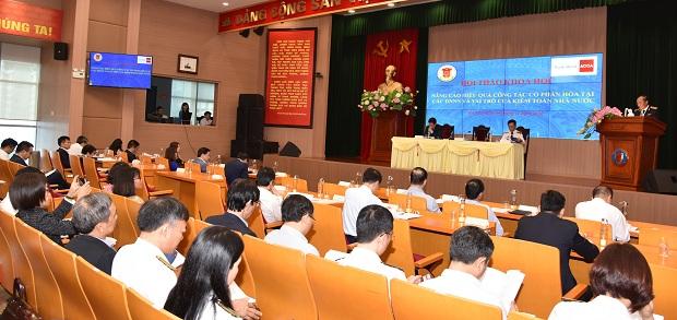 """(BKTO) - Ngày 24/11, tại Hội thảo """"Nâng cao hiệu quả công tác cổ phần hóa tại các DNNN và vai trò của Kiểm toán Nhà nước"""", các đại biểu đã thẳng thắn chỉ ra những điểm bất cập trong cơ chế, chính sách liên quan đến việc tái cơ cấu, đổi mới, nâng cao hiệu quả của DNNN, nhất là các phương pháp xác định giá trị DNNN trước cổ phần hóa (CPH). Đáng chú ý, nhiều ý kiến đã nhấn mạnh vai trò của KTNN trong công tác kiểm toán xác định giá trị DNNN trước CPH, góp phần làm minh bạch nền tài chính quốc gia.<div><br>Bài và ảnh: <b>H.THOAN - L.HÒA</b><br></div>"""