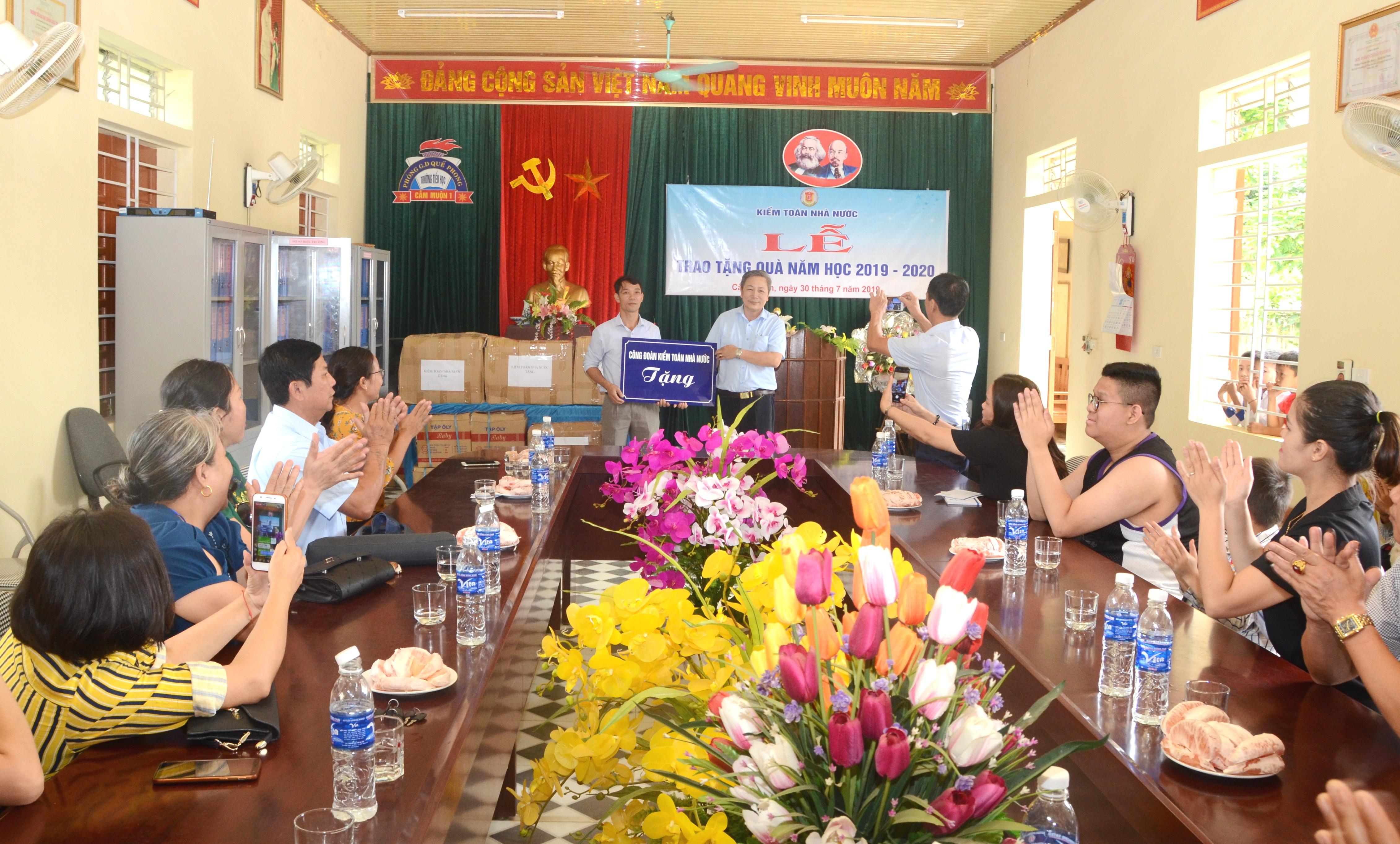 Công đoàn Kiểm toán Nhà nước tặng 30 bộ máy vi tính cho hai trường học tại Nghệ An
