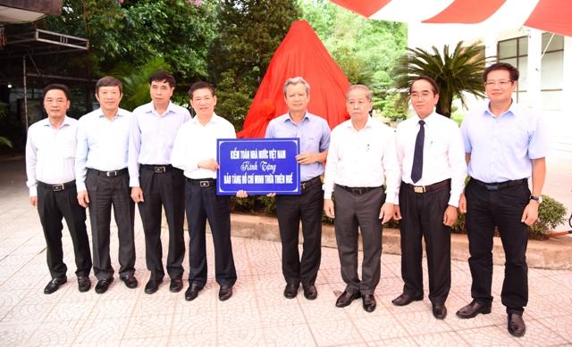 Tổng Kiểm toán Nhà nước trao tặng Quỹ Khuyến học tỉnh Thừa Thiên Huế 100 triệu đồng