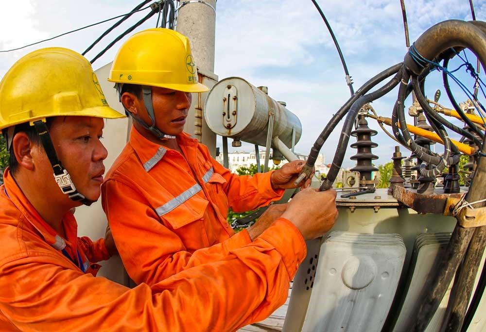 Thiếu hụt điện năng từ thủy điện, tăng huy động điện chạy dầu