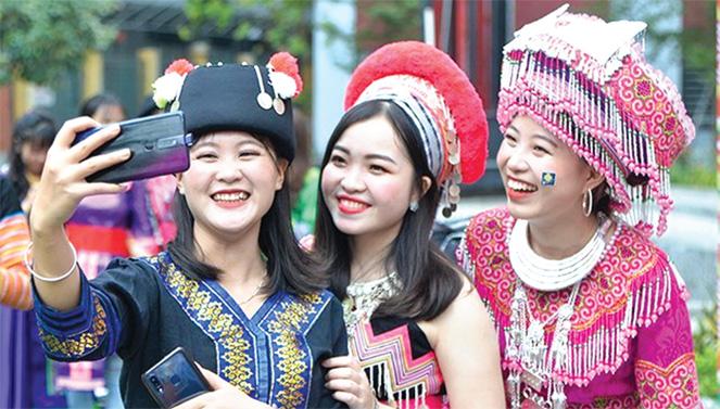 Dấu ấn đương đại trong trang phục truyền thống