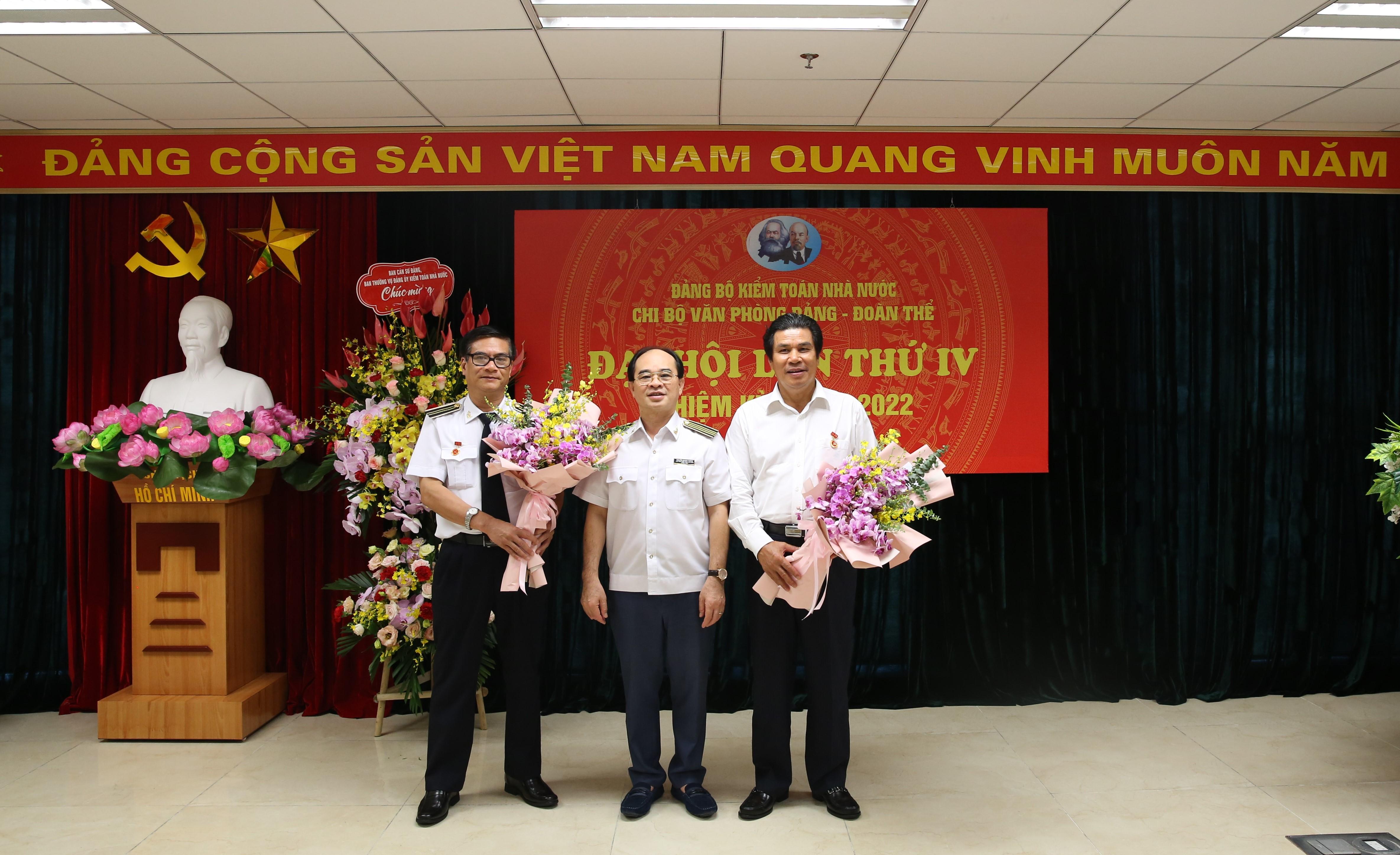 Đảng bộ Kiểm toán Nhà nước có thêm ba đảng viên vinh dự nhận Huy hiệu 30 năm tuổi Đảng