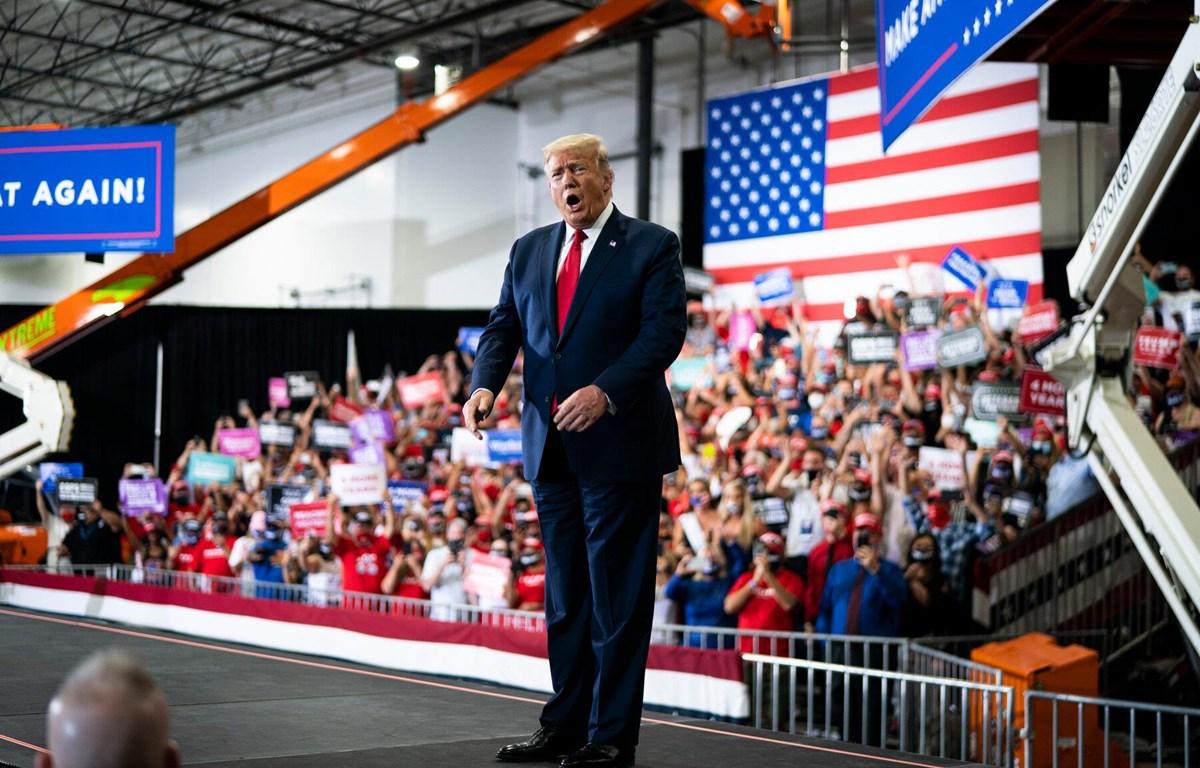 Tổng thống Mỹ bị chỉ trích vì vận động tranh cử trong không gian kín