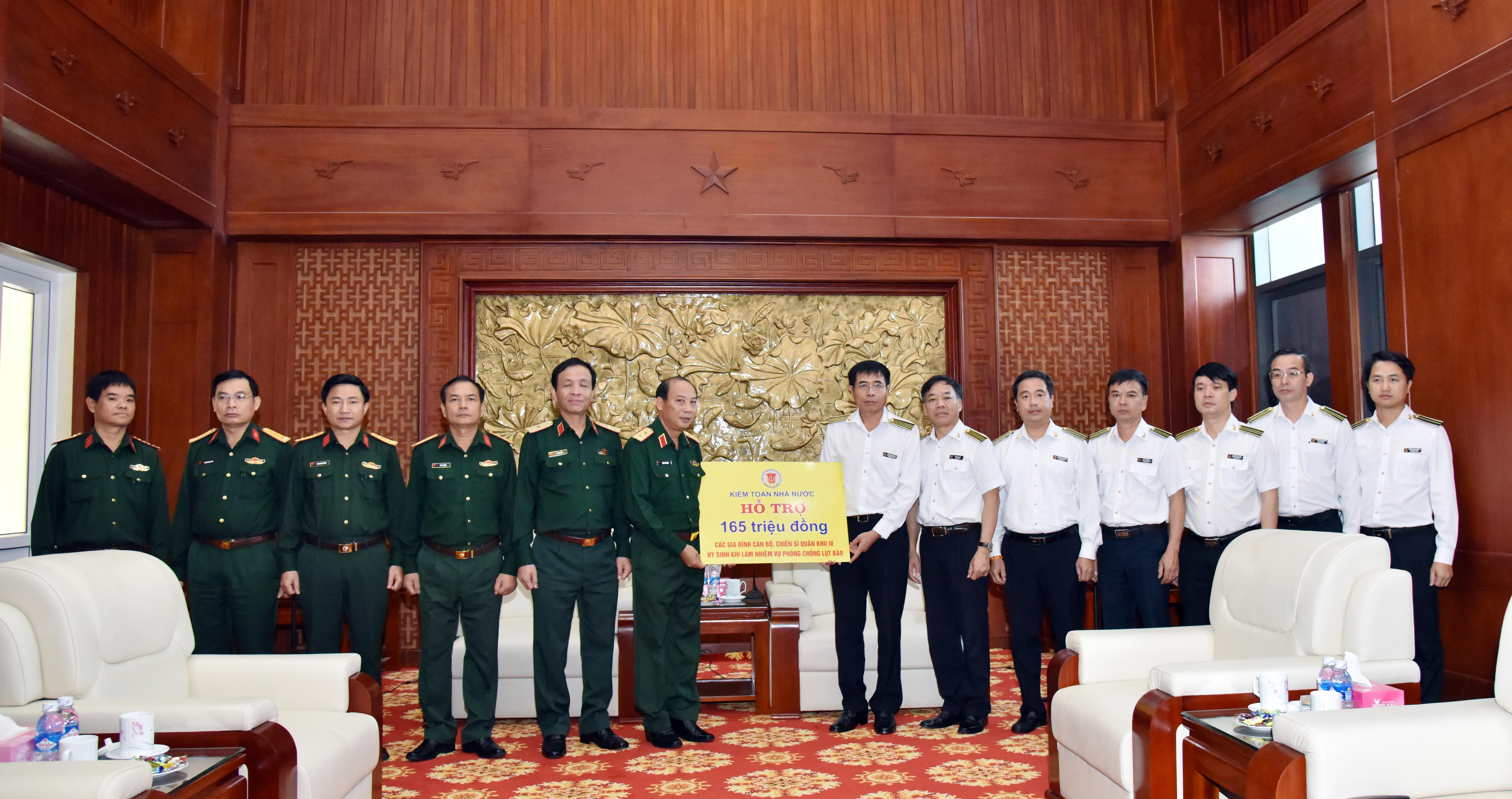 Đoàn công tác của Kiểm toán Nhà nước thăm, tri ân những đóng góp, hy sinh của cán bộ, chiến sĩ Bộ tư lệnh Quân khu 4