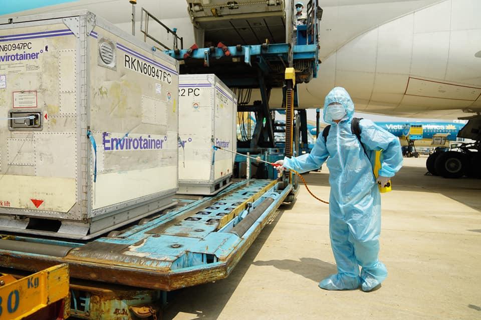 Lô vắc xin Covid-19 đầu tiên đã về đến Việt Nam