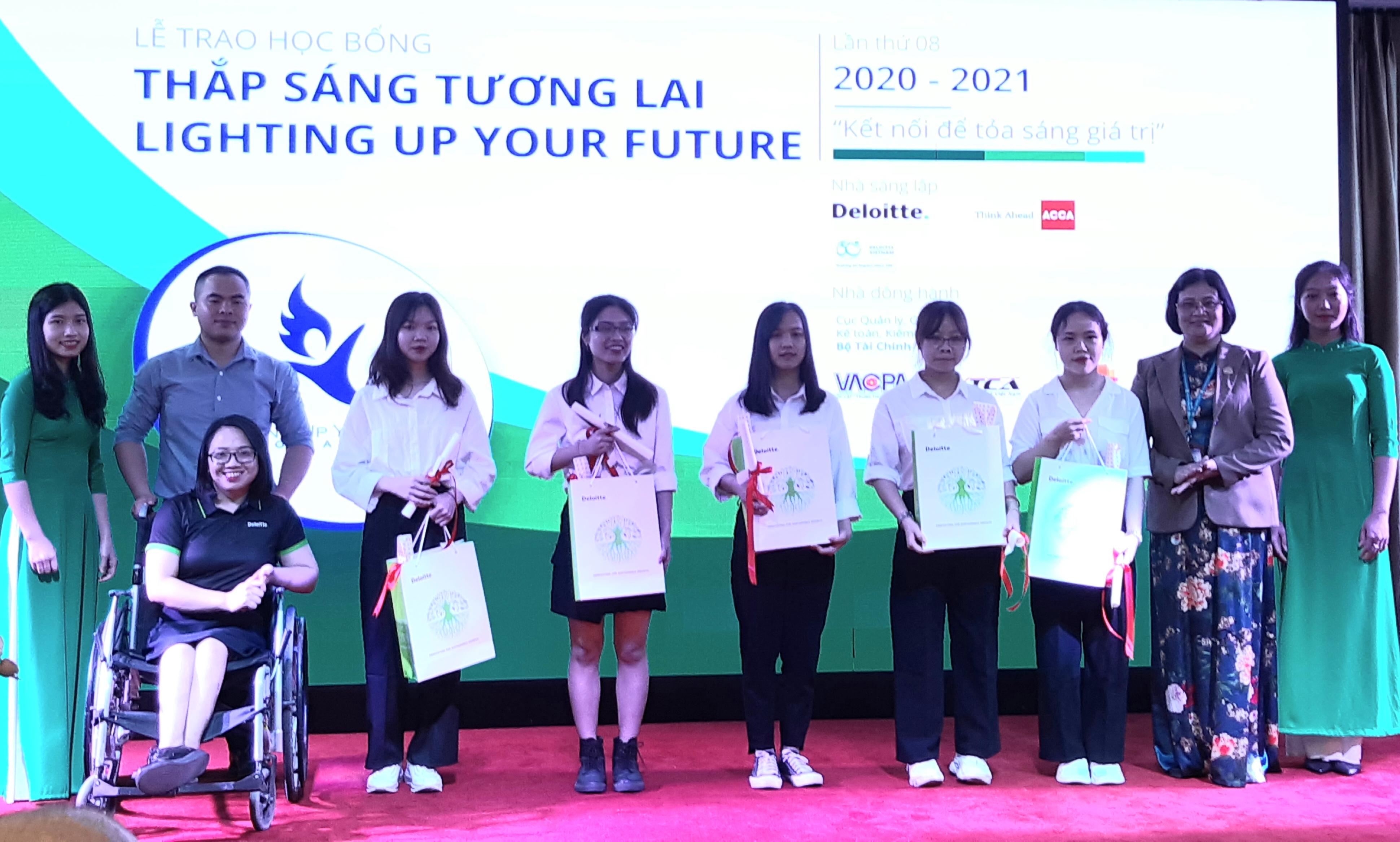 """108 sinh viên nhận học bổng """"Thắp sáng tương lai"""" năm học 2020-2021"""