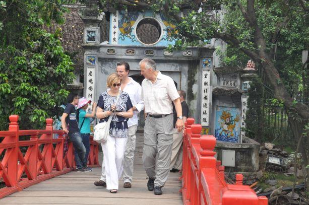 Khách quốc tế đến Việt Nam tiếp tục giảm mạnh do ảnh hưởng của dịch bệnh Covid-19