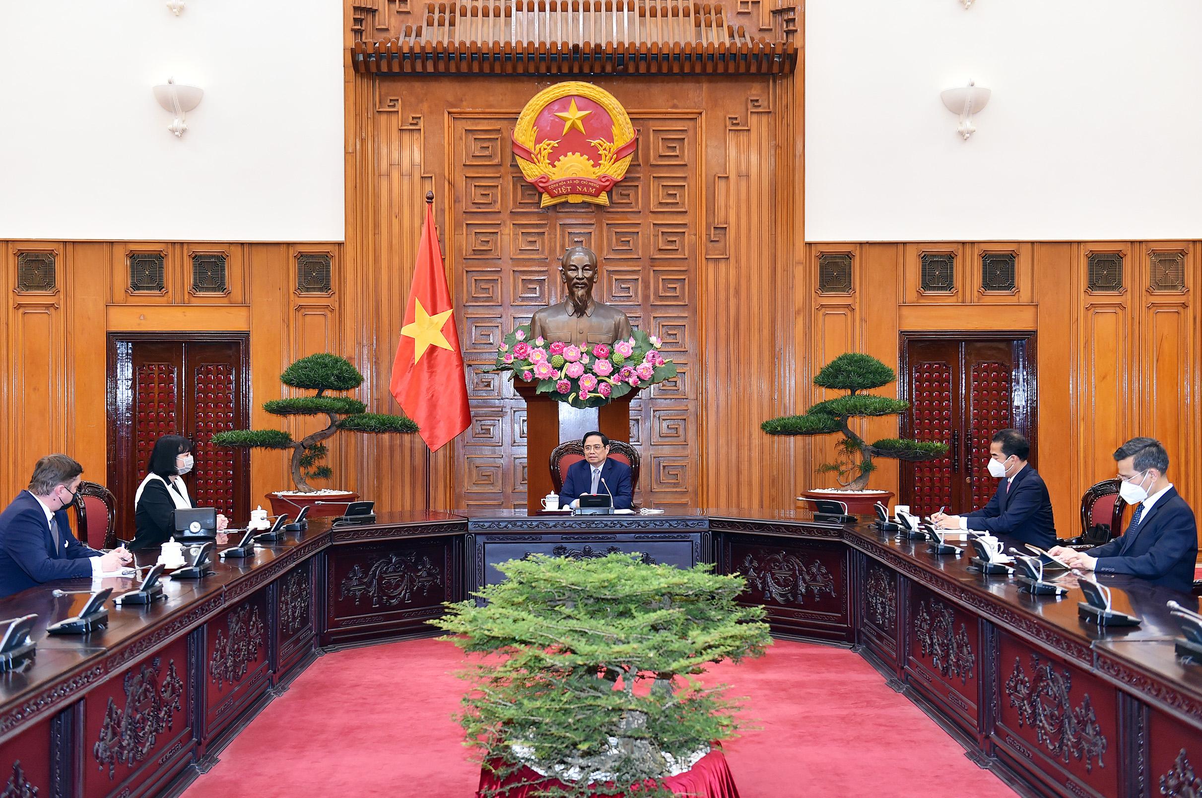 Thủ tướng đề nghị Romania nhượng lại số vaccine dôi dư cho Việt Nam