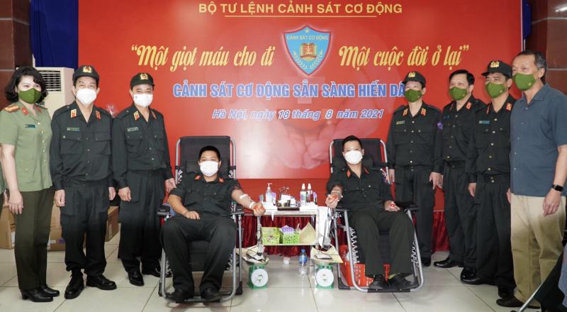 Lực lượng cảnh sát cơ động chung tay đẩy lùi dịch bệnh Covid-19