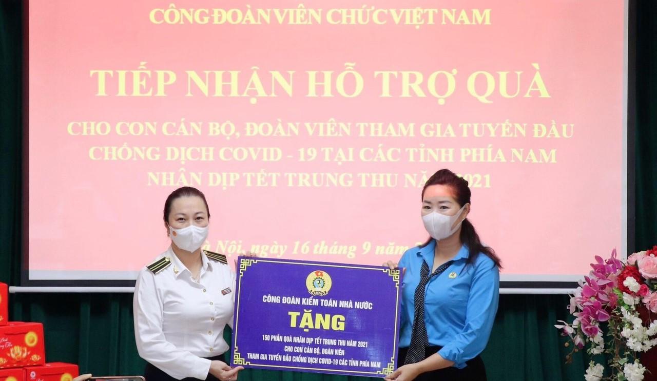 Trao quà Tết Trung thu tặng con em lực lượng y tế tuyến đầu chống dịch ở các tỉnh phía Nam