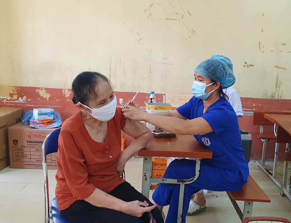"""Gần 1.000 cán bộ, nhân viên Bệnh viện Bạch Mai hỗ trợ Hà Nội xét nghiệm và tiêm chủng """"thần tốc"""""""