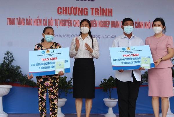 Trao tặng hàng trăm sổ bảo hiểm xã hội tự nguyện cho người lao động khó khăn tại TP. Hồ Chí Minh