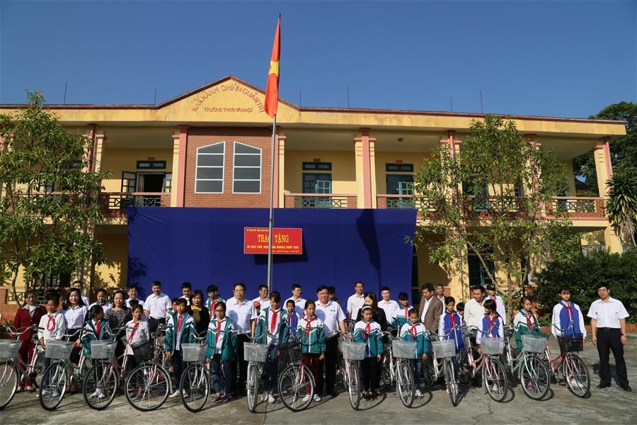 Vụ Tổng hợp trao xe đạp cho học sinh nghèo vượt khó của tỉnh Yên Bái