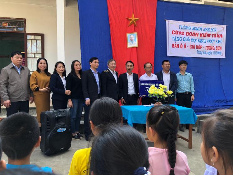 Công đoàn KTNN và BQL dự án đầu tư xây dựng chuyên ngành KTNN tặng quà cho học sinh nghèo xã Tường Sơn, huyện Anh Sơn, Nghệ An