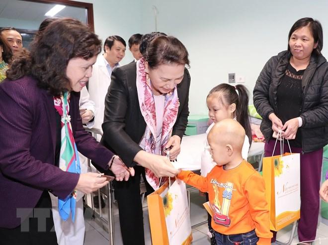 Chủ tịch Quốc hội trao quà Tết tặng bệnh nhi ung thư