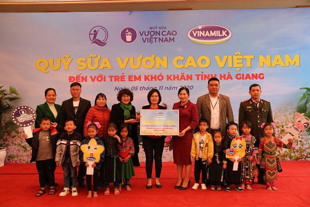 Vinamilk và Quỹ sữa Vươn cao Việt Nam:  11 năm đồng hành, tiếp bước đến trường cho trẻ em khó khăn của tỉnh Hà Giang