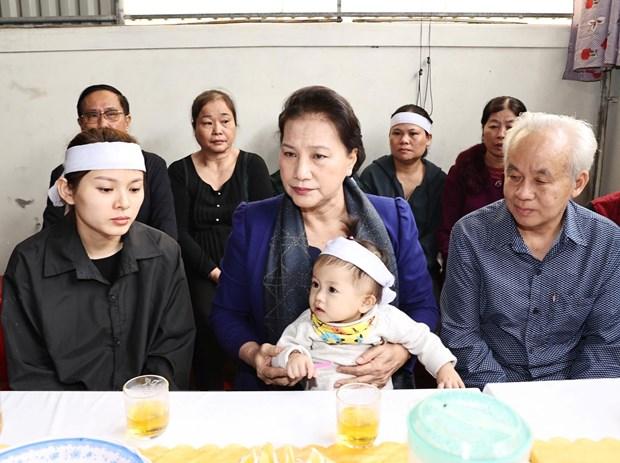 Chủ tịch Quốc hội thăm gia đình các liệt sỹ hy sinh trong đợt mưa lũ