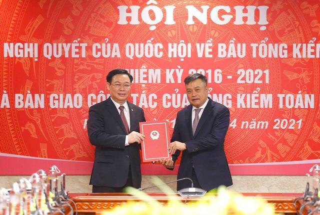 Chủ tịch Quốc hội trao Nghị quyết bầu đồng chí Trần Sỹ Thanh giữ cương vị Tổng Kiểm toán Nhà nước